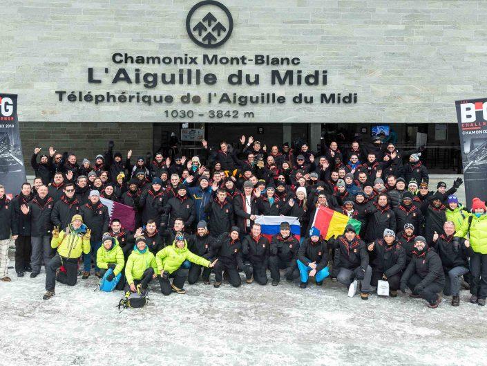 photo de groupe à Chamonix téléphérique de l'aiguille du Midi